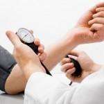 Mantener controlada la presión reduce a la mitad el riesgo de infarto y ACV, pero la gente no sigue su tratamiento