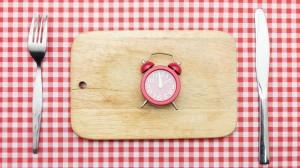 Por qué comer en distintos horarios atenta contra la salud